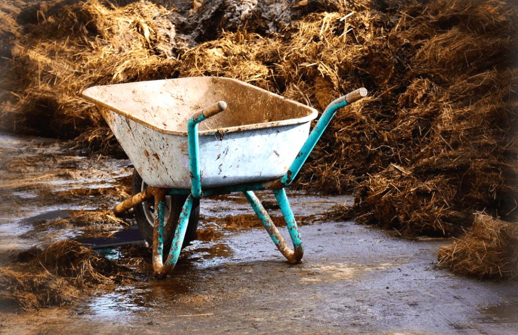 een kruiwagen met mest