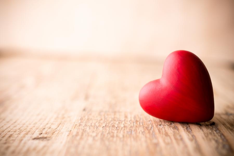 rood hartje op houten ondergrond