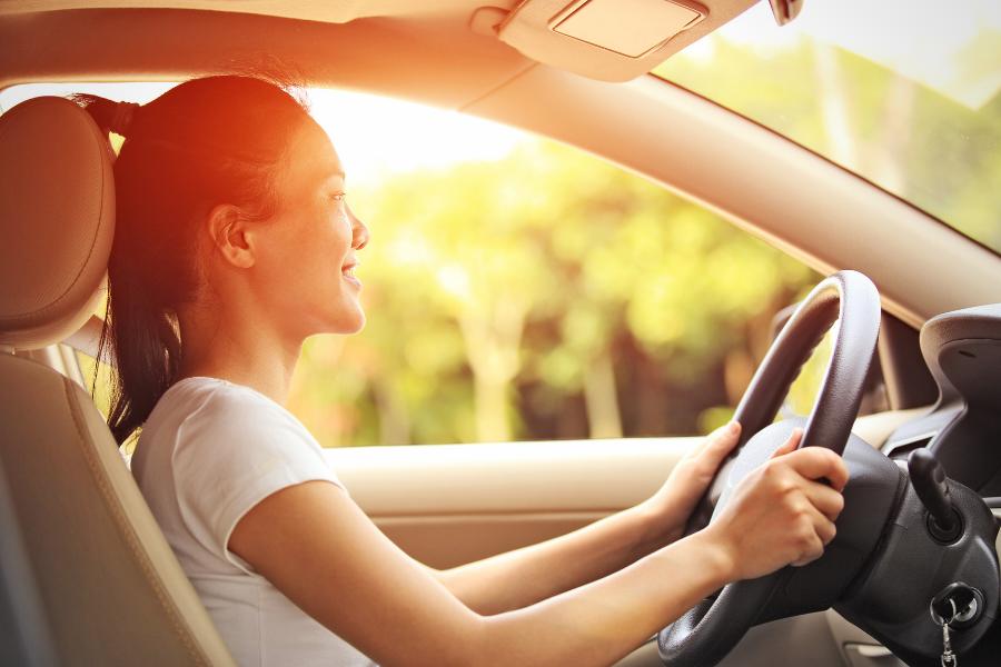 vrouw aan het stuur in een auto